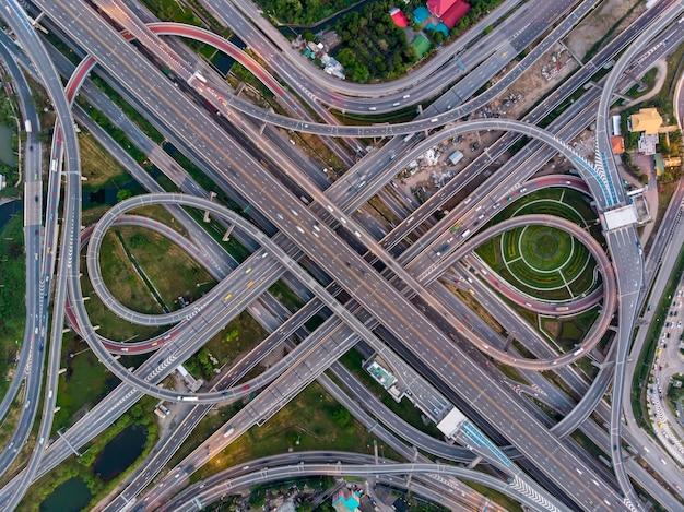 Hoge hoek top down weergave van ingewikkelde weg en snelweg kruispunt in bangkok.