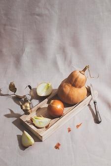 Hoge hoek uien en pompoen arrangement