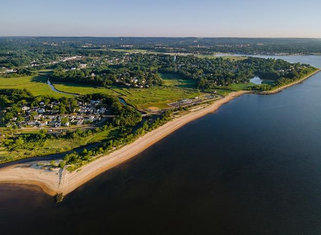 Hoge hoek uitzicht op het prachtige kustgebied strand