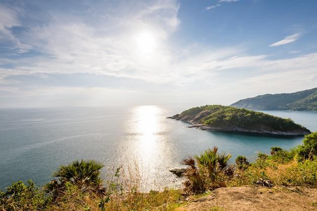 Hoge hoek uitzicht op het prachtige landschap van het eiland en de andamanse zee vanaf laem phromthep cape scenic point is een beroemde bezienswaardigheid van de provincie phuket in thailand