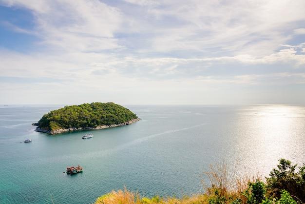 Hoge hoek uitzicht op het prachtige landschap van het eiland en de andamanse zee vanuit het gezichtspunt van de windmolen is een beroemde attractie van de provincie phuket in thailand