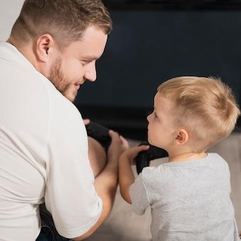 Hoge hoek vader die zoonsspelen onderwijst