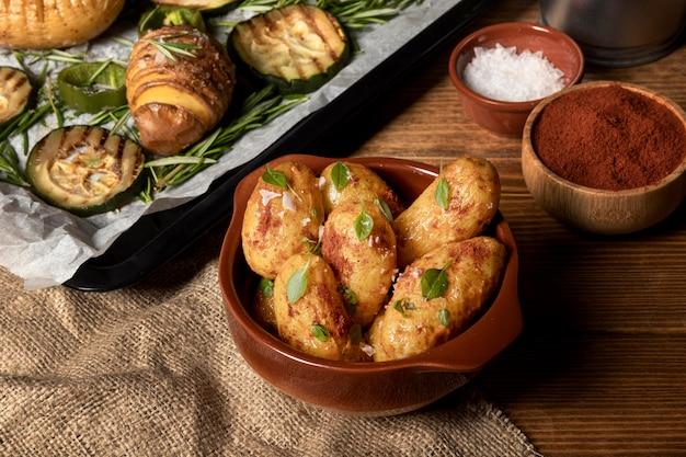 Hoge hoek van aardappelgerechten met kruiden