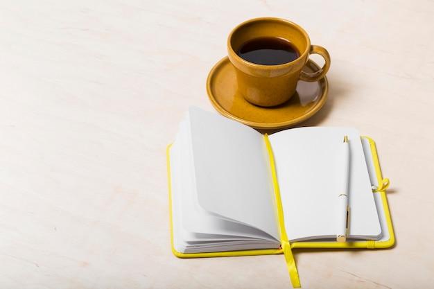 Hoge hoek van agenda op bureau met exemplaarruimte