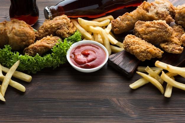 Hoge hoek van amerikaans eten en saus