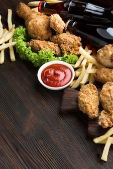Hoge hoek van amerikaans eten met kopie ruimte