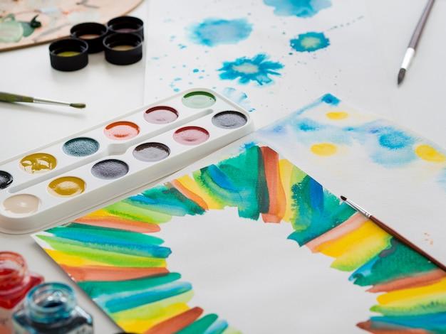 Hoge hoek van aquarel set met schilderen