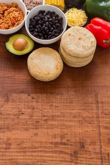 Hoge hoek van arepa's met vullende ingrediënten