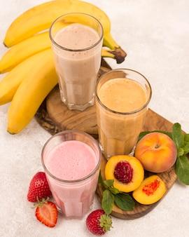 Hoge hoek van assortiment milkshakes met perzik en banaan