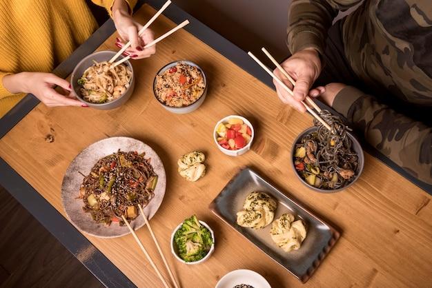 Hoge hoek van assortiment van aziatisch eten op tafel
