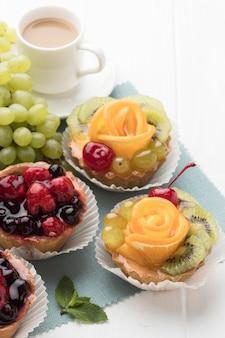 Hoge hoek van assortiment van fruittaartjes