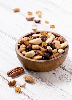 Hoge hoek van assortiment van noten in kom
