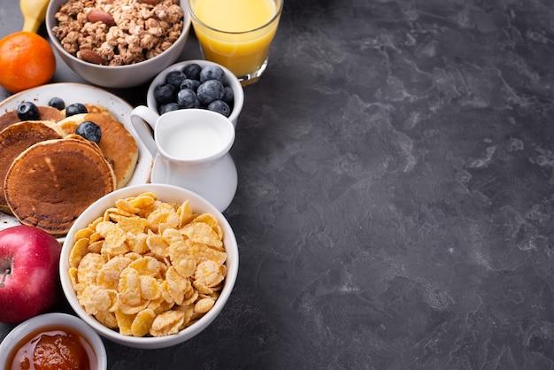 Hoge hoek van assortiment van ontbijt eten met kopie ruimte