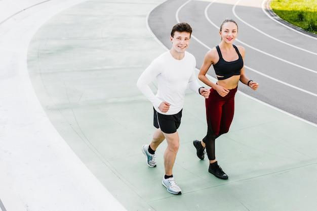 Hoge hoek van atleten lopen