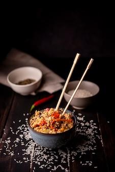 Hoge hoek van aziatisch eten in kom met rijst