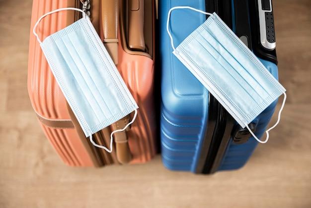 Hoge hoek van bagage met medische maskers