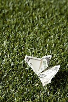 Hoge hoek van bankbiljetten in gras met exemplaarruimte