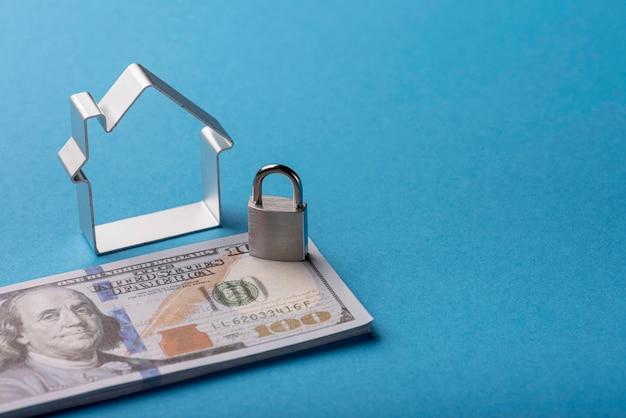 Hoge hoek van bankbiljetten met huis en slot