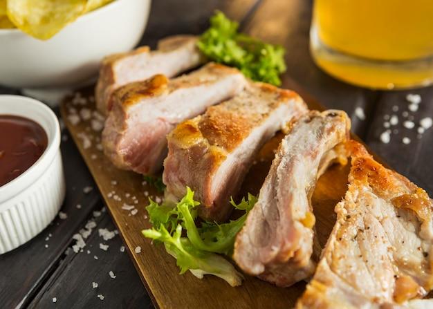 Hoge hoek van biefstuk met salade en bier