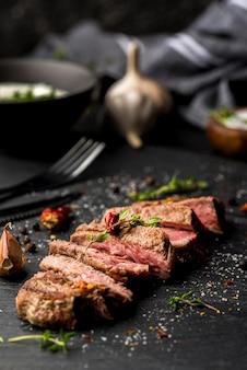 Hoge hoek van biefstuk met specerijen en saus