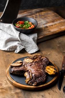 Hoge hoek van biefstuk op plaat met bestek