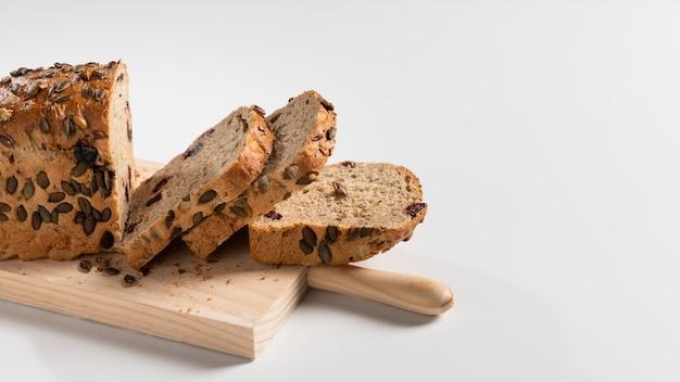 Hoge hoek van blad van brood met plakjes