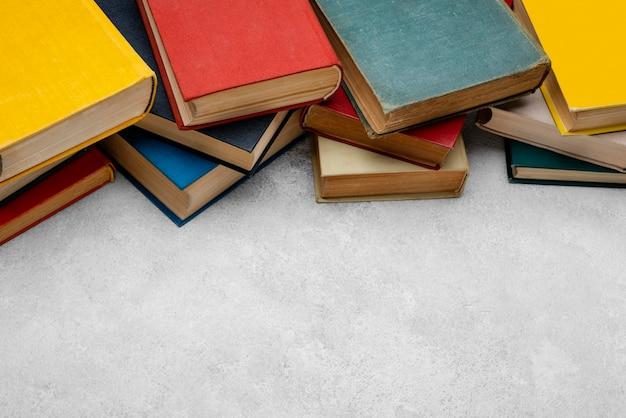 Hoge hoek van boeken met exemplaarruimte