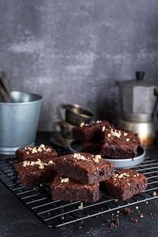 Hoge hoek van brownies op koelrek met waterkoker