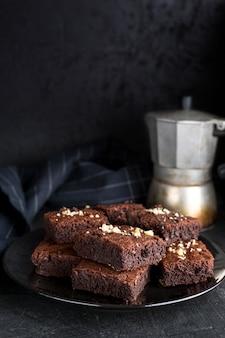 Hoge hoek van brownies op plaat met waterkoker en kopie ruimte
