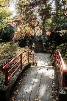 Hoge hoek van brug bij japans tempelcomplex