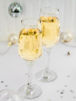 Hoge hoek van bruisende glazen champagne