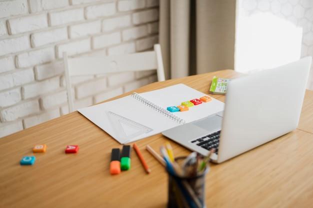 Hoge hoek van bureau met laptop klaar voor online bijles