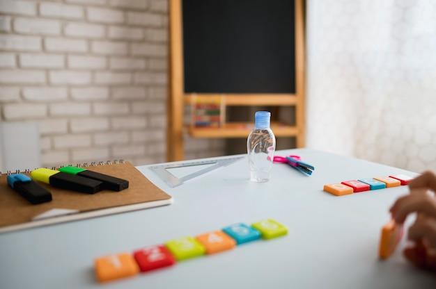 Hoge hoek van bureau met schoolbord en markeringen