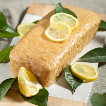 Hoge hoek van cake met schijfjes citroen