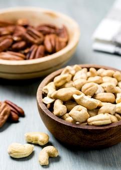 Hoge hoek van cashewnoten en walnoten in kommen