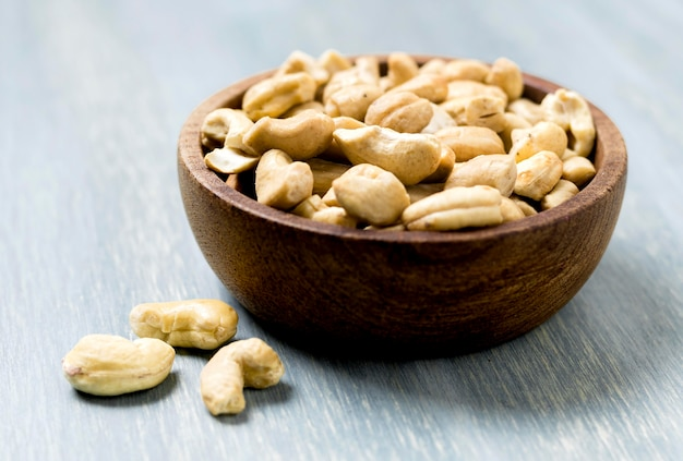 Hoge hoek van cashewnoten in kom