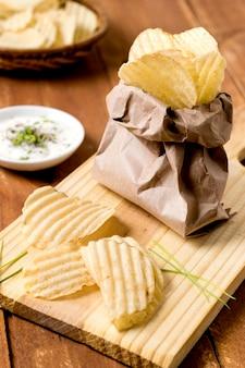 Hoge hoek van chips in papieren zak