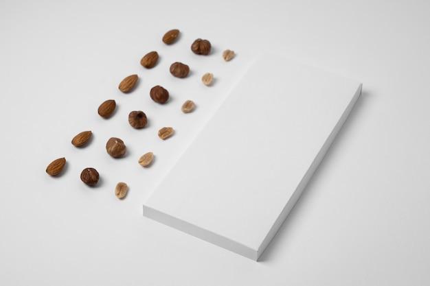 Hoge hoek van chocolade tablet verpakking met noten en kopieer ruimte