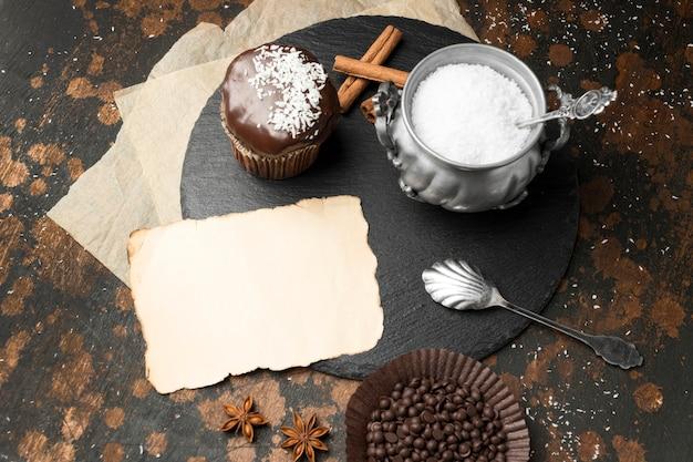 Hoge hoek van chocoladedesserts met kokos