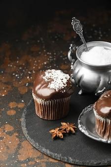 Hoge hoek van chocoladedesserts op leisteen met steranijsplant