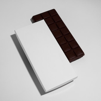 Hoge hoek van chocoladereep met verpakking