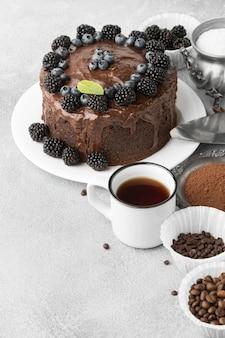 Hoge hoek van chocoladetaart met bosbessen en exemplaarruimte