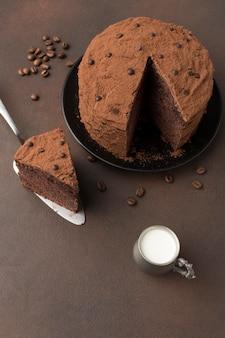 Hoge hoek van chocoladetaart met cacaopoeder en melk