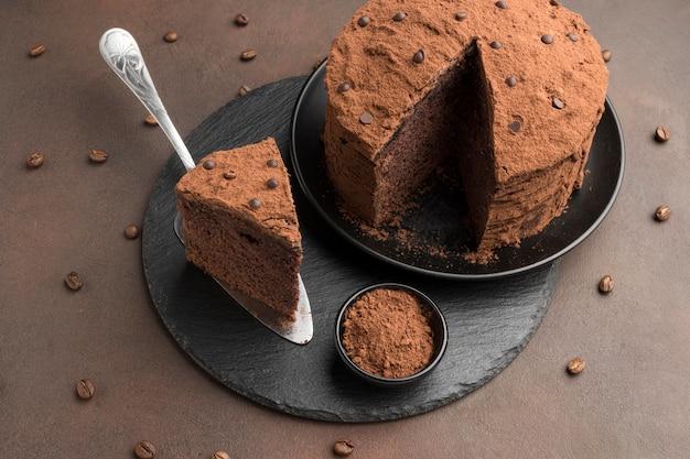 Hoge hoek van chocoladetaart met cacaopoeder