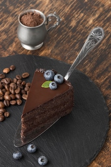 Hoge hoek van chocoladetaartplak op lei