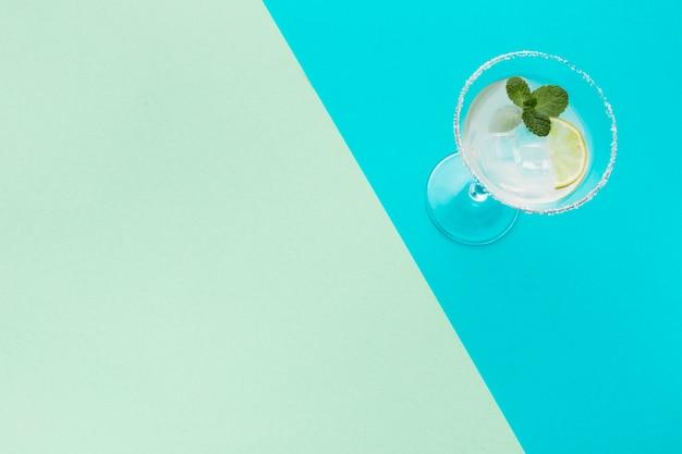 Hoge hoek van cocktailglas met exemplaarruimte en kalk