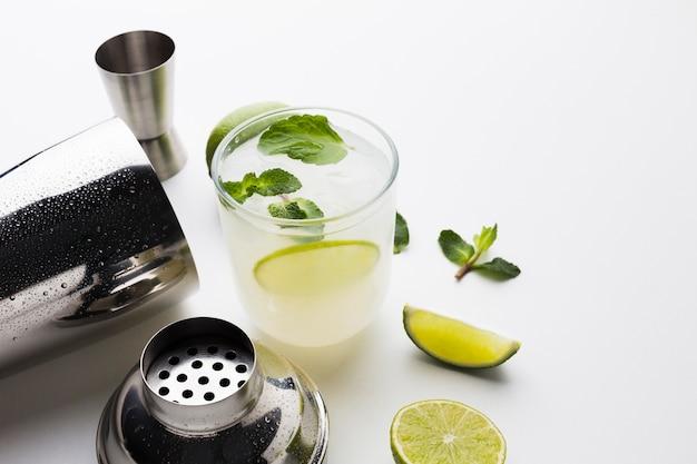 Hoge hoek van cocktailingrediënten met schudbeker