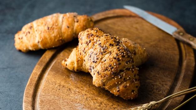 Hoge hoek van croissants op bijl