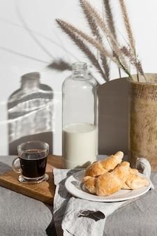 Hoge hoek van croissants op plaat met melk