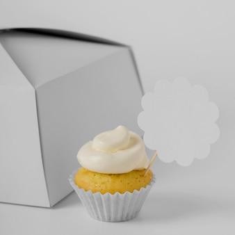 Hoge hoek van cupcake met verpakkingsdoos